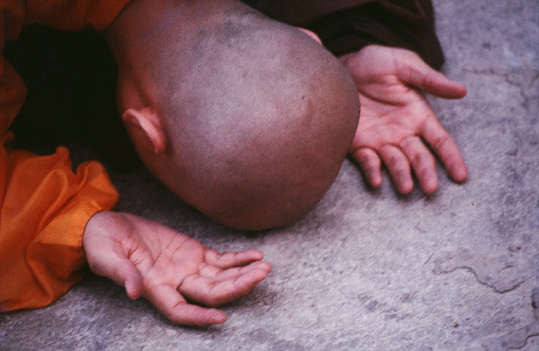 monk-bowing-down